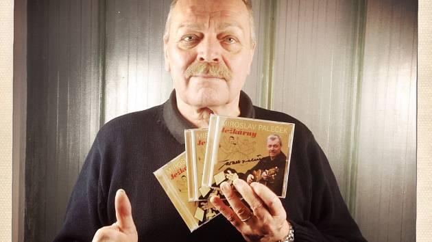 Ježkárny. To je album folkového zpěváka Miroslava Palečka, jenž se od někdejší slavné Máni nebo Hele lidi, které nazpíval s Michaelem Janíkem, přesunul k legendárním písničkám Osvobozeného divadla.