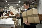 Zvýšený předvánoční provoz registruje Česká pošta už od října. V současnosti vytřídí hlavní sběrný přepravní uzel v Malešicích až 160 000 balíků denně proti běžným 50.000 až 60.000, ve vánočním období je tak objem zpracovaných zásilek až trojnásobný.