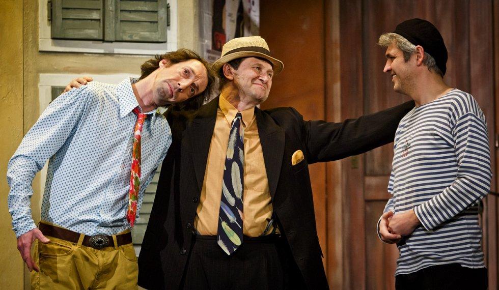 Zkouška představení Tři v tom probíhala 4. března v pražském Divadle Na Jezerce.