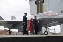 Britská královna Alžběta II. (na snímku uprostřed) navštívila letadlovou loď, která nese její jméno a která povede flotilu britského námořnictva během nadcházející plavby do Asie