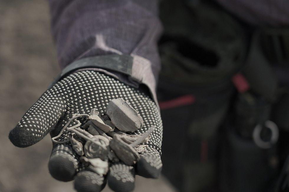 Devadesát procent nálezů je bezcenný kovový balast. Detektorář Tomáš Merta z Brna při průzkumu archeologické lokality římského sídliště. Za dopoledne ujde s přístrojem i deset kilometrů. Spolupracuje s odborníky a nálezy odevzdává.