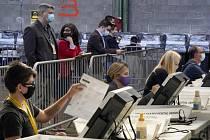 Pororovatelé sledují sčítání hlasů z amerických prezidentských voleb v Pittsburghu v Pensilvánii, 6. listopadu 2020