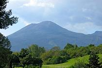 Legendami opředený vrchol Vesuv dokresluje svým hřebenem atmosféru na krásném pobřeží zálivu Neapol.  Ilustrační foto