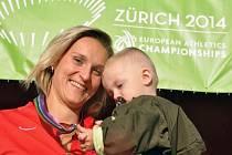 Oštěpařka Barbora Špotáková se synem Jankem a zlatou medailí z ME.