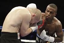 Lukáš Konečný (vlevo) a Peter Quillin v bitvě o titul profesionálního mistra světa ve střední váze organizace WBO.