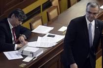 Ministr financí v demisi Jan Fischer (vlevo) a poslanec TOP 09 Miroslav Kalousek se zúčastnili 6. prosince v Praze jednání Poslanecké sněmovny.