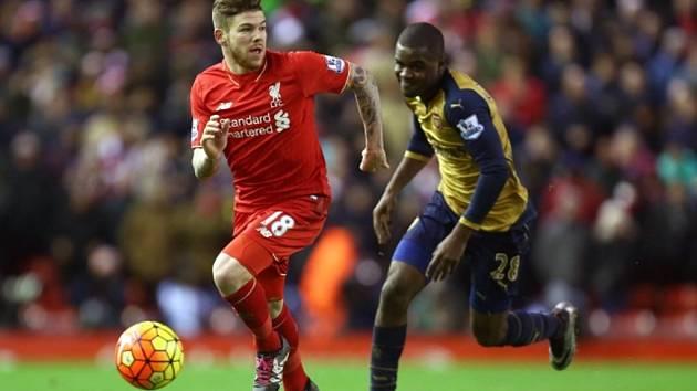 Joel Campbell z Arsenalu (vpravo) a Alberto Moreno z Liverpoolu.