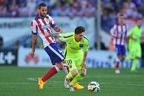 Lionel Messi z Barcelony (vpravo) a Mario Suárez z Atlétika Madrid.
