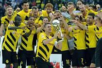 Fotbalisté Dortmundu slaví zisk německého Superpoháru.