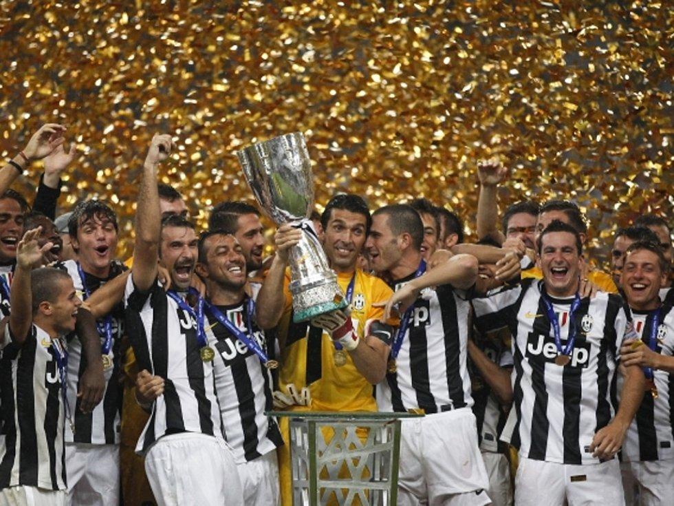 Brankář Juventusu Gianluigi Buffon (uprostřed) s trofejí pro vítěze italského Superpoháru.