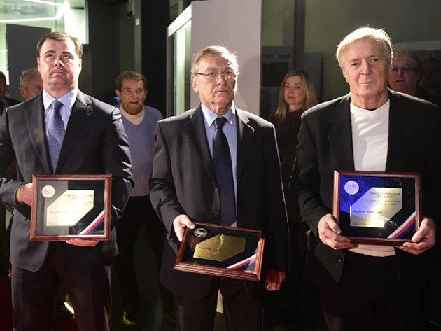 Slavní hokejisté (zleva) Jaroslav Špaček, Josef Paleček a Vladimír Bednář byli uvedeni do Síně slávy.