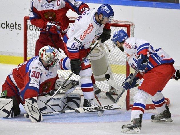 Zbyněk Irgl (vpravo) se prosazuje proti Rusku na Švédských hrách.