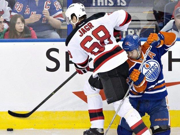 Jordan Eberle se snaží zastavit Jaromíra Jágra.