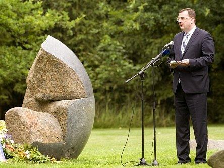 Premiér Petr Nečas vystoupil 9. července s projevem při pietní vzpomínce na místě bývalého sběrného tábora pro Romy v Letech u Písku.