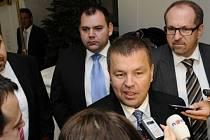 Petr Tluchoř hovoří s novináři před zasedáním poslaneckého klubu ODS, který jednal o sporném daňovém balíčku. V pozadí jsou poslanci Jan Florián a Ivan Fuksa.
