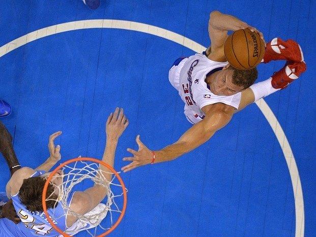 Jan Veselý (vlevo) se snaží ubránit Blakea Griffina z Los Angeles Clippers.