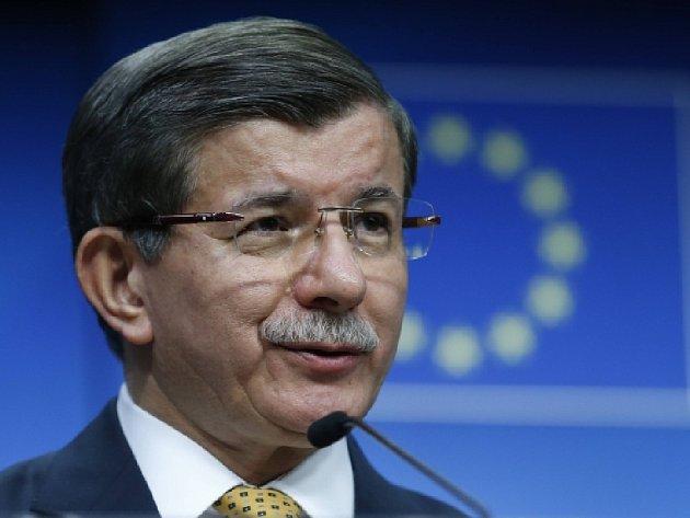 Dohoda Evropské unie a Turecka o vracení migrantů, kterou v pátek dojednali lídři osmadvacítky s tureckým premiérem Ahmetem Davutogluem, je podle většiny evropských politiků jednoznačným krokem vpřed.