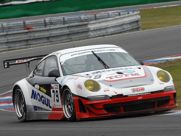 Jiří Janák si v Porsche 911 dojel v Brně pro desáté místo.