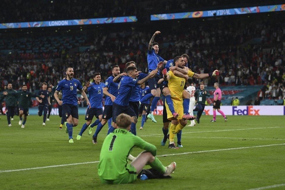 Mistrovství Evropy ve fotbale - finále (Londýn): Itálie - Anglie.