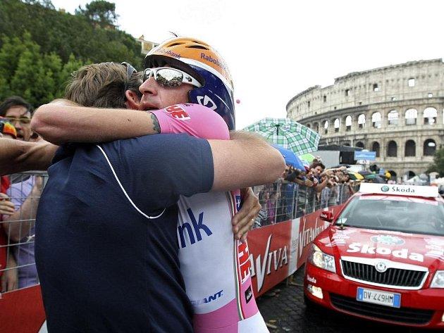 Ruský cyklista Denis Meňšov (v růžovém) slaví před římským Koloseem vítězství na Giru.