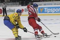 David Pastrňák (vpravo) v duelu se Švédskem.