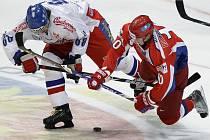 Na Jaromíra Jágra (vlevo) dotírá v zápase Channel One Cupu Rus Sergej Mozjakin.