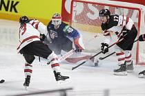 Kanaďané střílejí gól v semifinále MS proti USA.