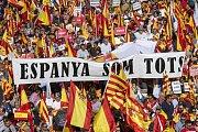 Manifestace za jednotné Španělsko. Lidé mávají španělskými i katalánskými vlajkami.