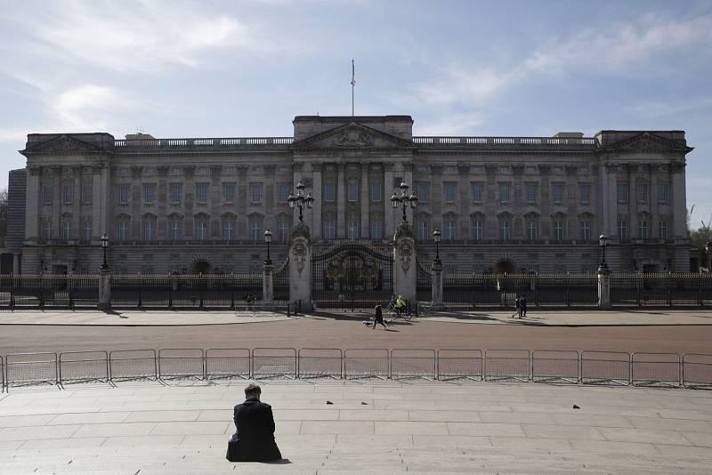 Britská vláda zatím k nejpřísnějším opatřením proti koronaviru nesáhla. Prostranství před Buckinghamským palácem v Londýně je však prakticky bez lidí.