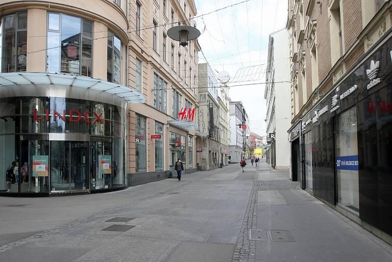 Česká ulice v Brně patří v jihomoravské metropoli mezi nejrušnější. V době koronaviru zeje prázdnotou.