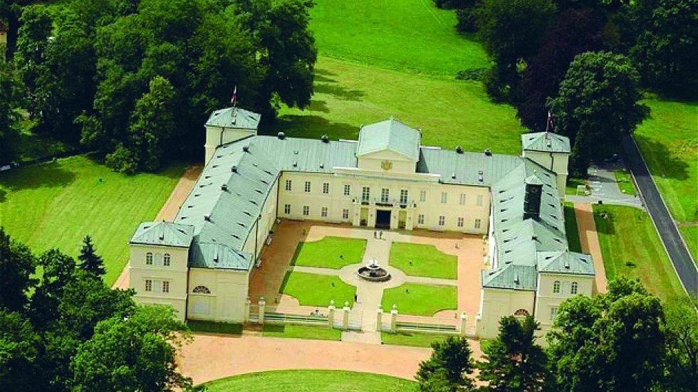 Jako princové a princezny navštíví děti zámek Kynžvart. Dětská prohlídka je pojatá zábavnou formou, při které je provází bílá paní.