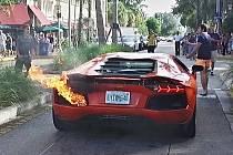 Hotelovému poslíčkovi se povedlo zapálit Lamborghini Aventador.