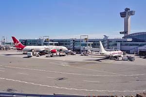 Letiště JFK v americkém New Yorku, právě v jeho areálu dodnes stojí budova již uzavřeného hotelu Ramada Plaza.