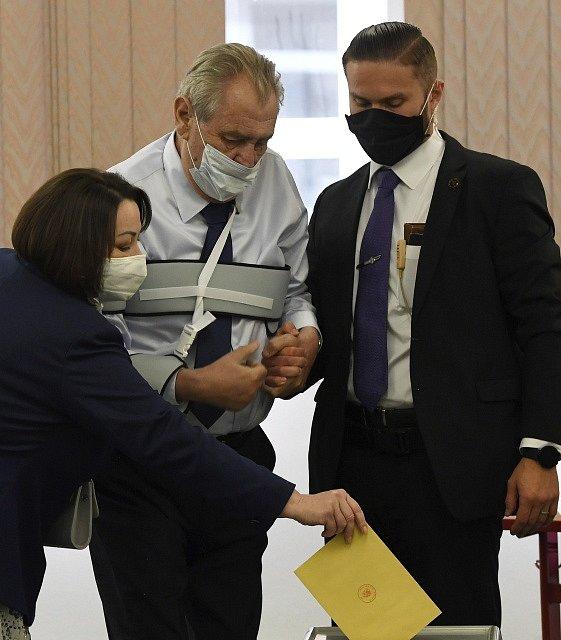 Prezident Miloš Zeman se svou manželkou u senátních voleb.