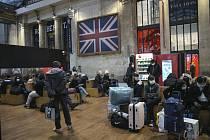 Cestující na pařížském nádraží