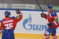 Tomáš Rachůnek (vpravo) z týmu Lev Praha a Vitalij Karamnov se radují z gólu.