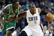 Brandon Bass ze Celtics brání rivala Jeffa Adriena z Charlotte.