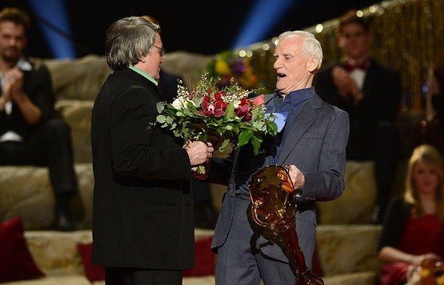 Petr Koželuh (vpravo) převzal 29. března v Praze z rukou Vlastimila Harapese cenu Thálie za celoživotní taneční mistrovství.
