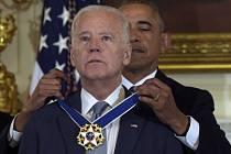 Dosluhující americký prezident Barack Obama ocenil svého viceprezidenta Joea Bidena Prezidentskou medailí svobody, což je nejvyšší civilní vyznamenání Spojených států.