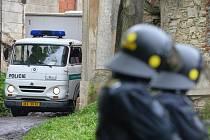 Speciální pořádková jednotka dnes několik hodin zasahovala u usedlosti Cibulka v Praze. Zdroj: http://www.denik.cz/z_domova/policie-zasahuje-proti-squatterum-v-usedlosti-cibulka-v-praze-20150506.html
