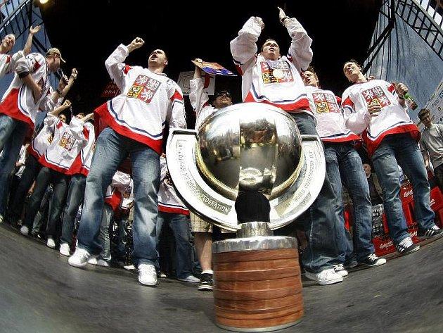 České hokejové reprezentanty, kteří se v neděli v Německu stali mistry světa, přivítaly na letišti a na pražském Staroměstském náměstí tisíce nadšených fanoušků.
