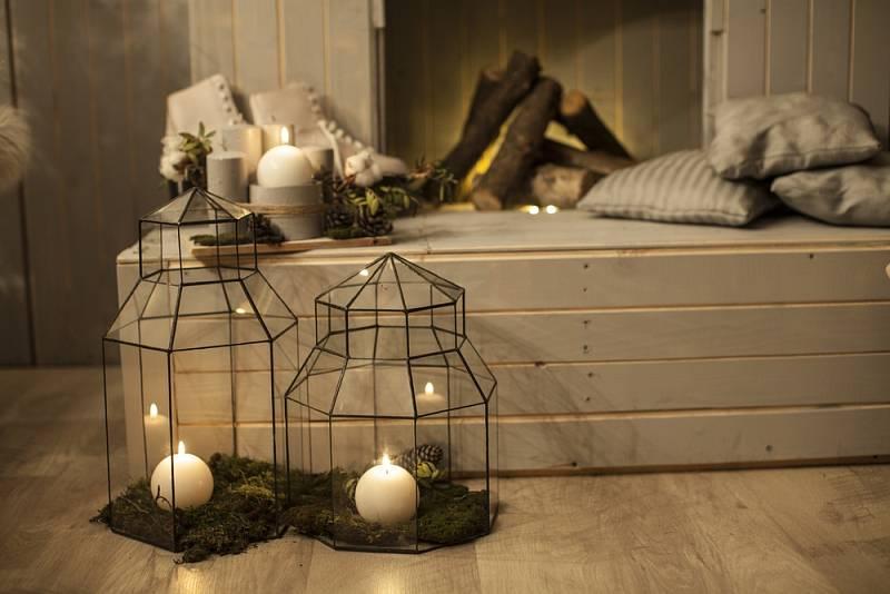 Při zařizování se používá hlavně bílý dřevěný nábytek, ideálně z blešího trhu či z půdy na chalupě. Hlavně aby na něm byly vidět stopy opotřebení, a je jedno, jestli uměle nebo přirozeně vzniklé.