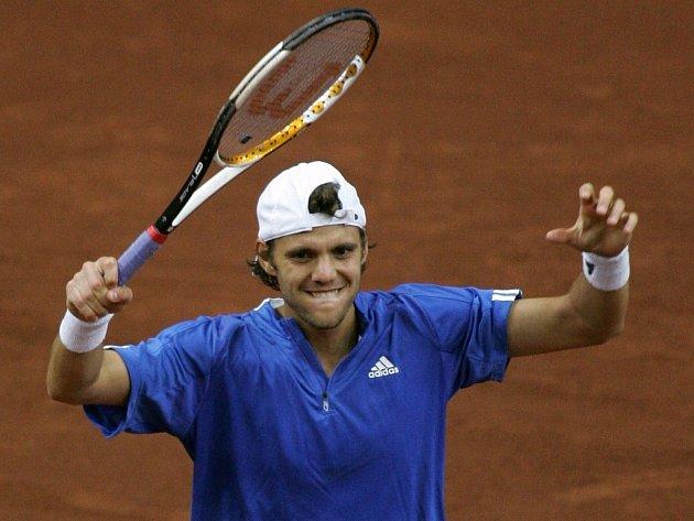 Francouz Paul-Henri Mathieu slaví vítězství nad Rusem Nikolajem Davyděnkem.