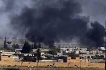 Na fotografii pořízené 10. října 2019 z turecké strany hranice je vidět kouř stoupající z místa útoku turecké armády na cíle na severu Sýrie