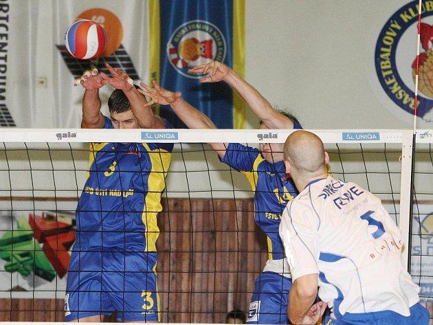 Volejbalisté Ústí (v modrém) blokují smeč hráče Brna.