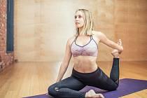 Věděli jste, že existuje více než sedmdesát studií, které potvrdily, že hormonální jóga zpomaluje stárnutí, zlepšuje kvalitu vlasů, pleti i nehtů a snižuje také obvod v pase? Všechny tyto problémy souvisejí s hormonálním systémem.