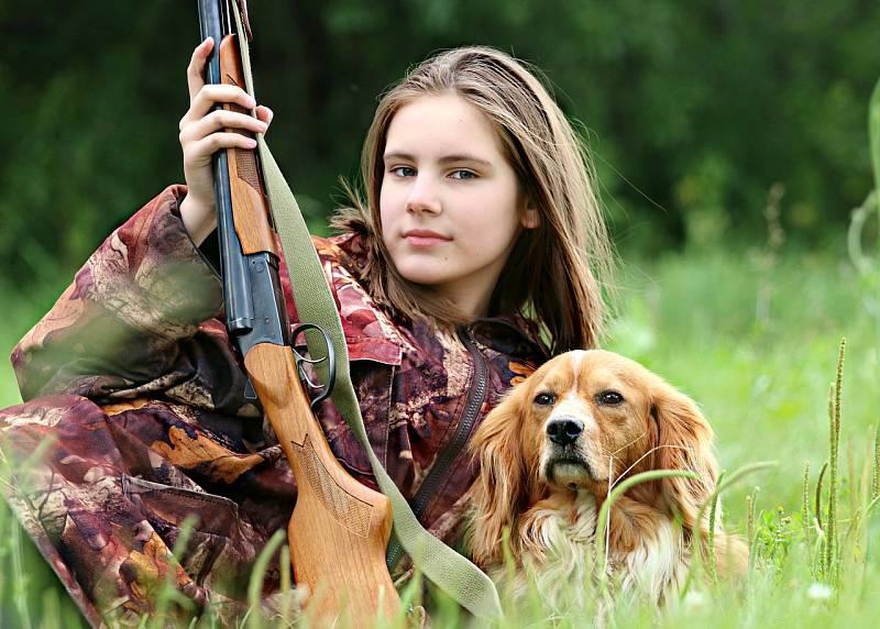 Lovkyně se psem. Ilustrační foto