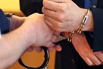 Zatčení - pouta - ilustrační foto.
