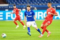 Fotbalisté Schalke letos zažívají opravdovou mizérii - tenhle snímek, na němž uprostřed bojuje navrátilec Klaas-Jan Huntelaar, je z utkání s Augsburgem, kdy vyhráli. Byl to teprve druhý triumf (v Bundeslize odehráli třicet zápasů)