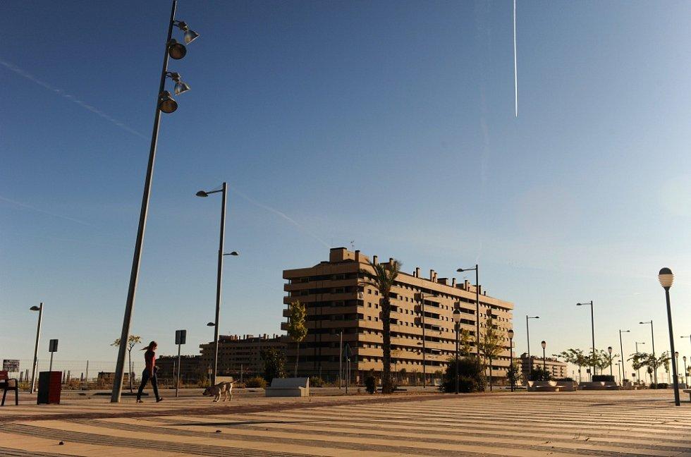 ŽÁDNÍ LIDÉ, ŽÁDNÁ AUTA. Tisíce bytů v Seseñě  zejí prázdnotu, na parkovištích nenajdete jediný automobil.